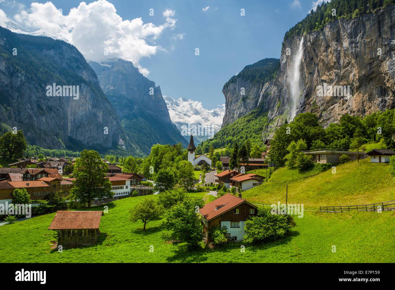 Canton de Berne, Oberland Bernois, cascade, Lauterbrunnen, Suisse, Europe, Alpes, église, ville, paysage, colorés, Photo Stock