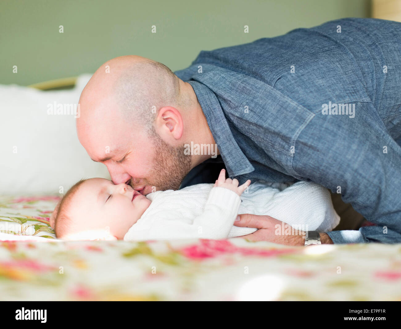 Studio shot of father kissing son fils (2-5 mois) Photo Stock