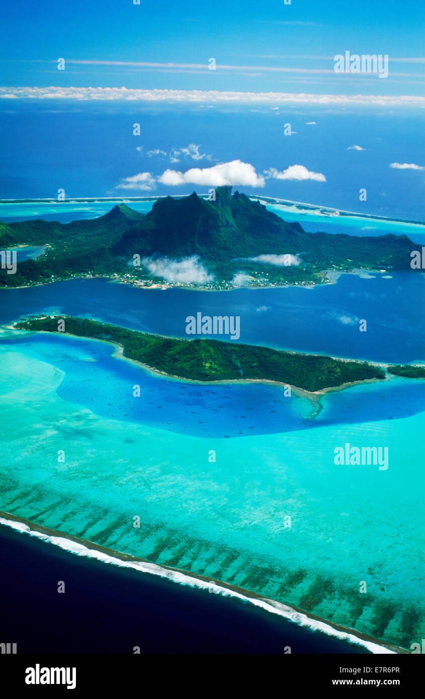 Vue aérienne de l'île de Bora Bora, ancrée en bleu dans le Pacifique Sud, la Polynésie française Photo Stock