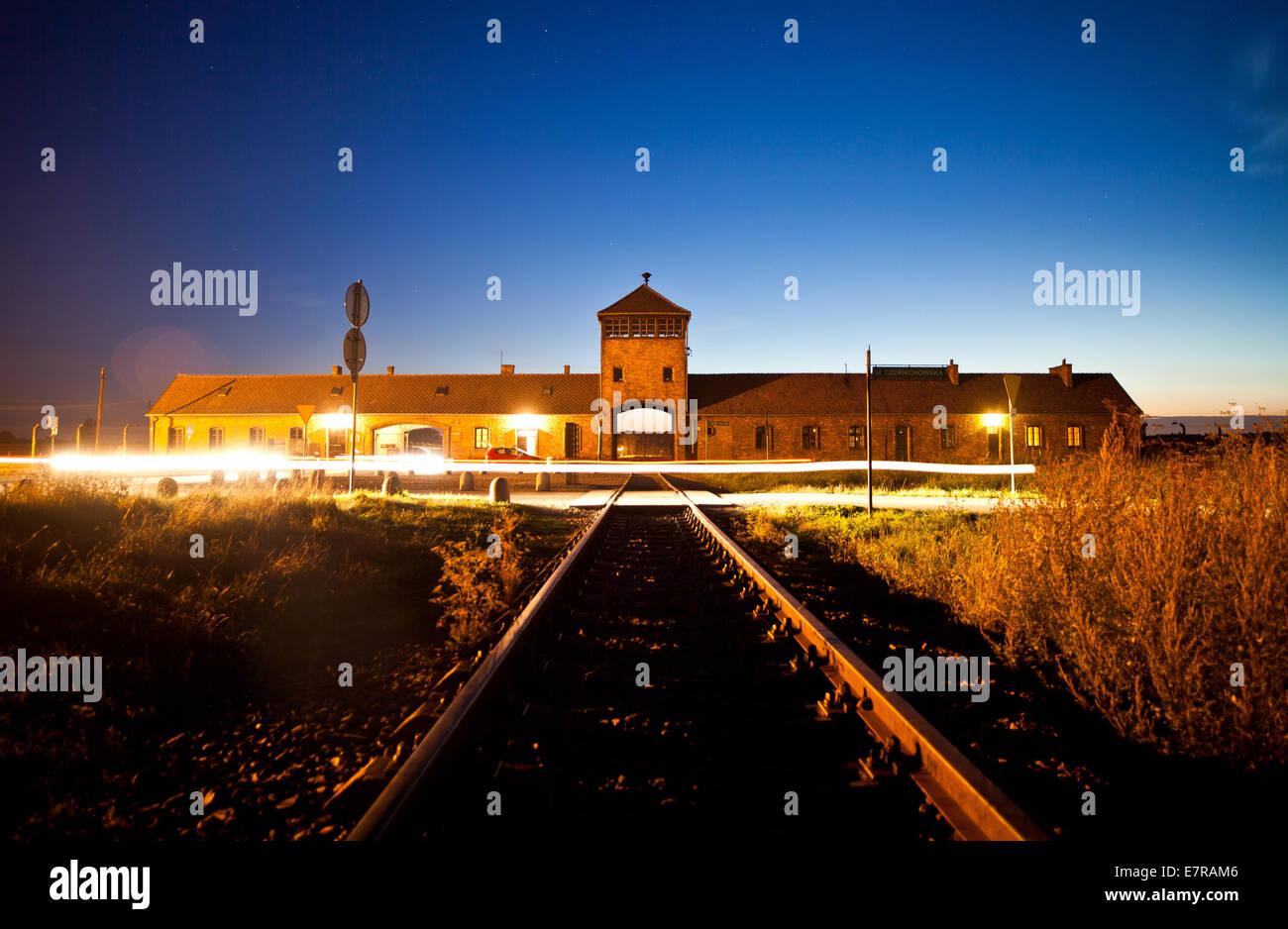 La porte d'entrée de l'ancien camp de concentration Auschwitz-Birkenau comme vu à Oswiecim, Pologne, Photo Stock