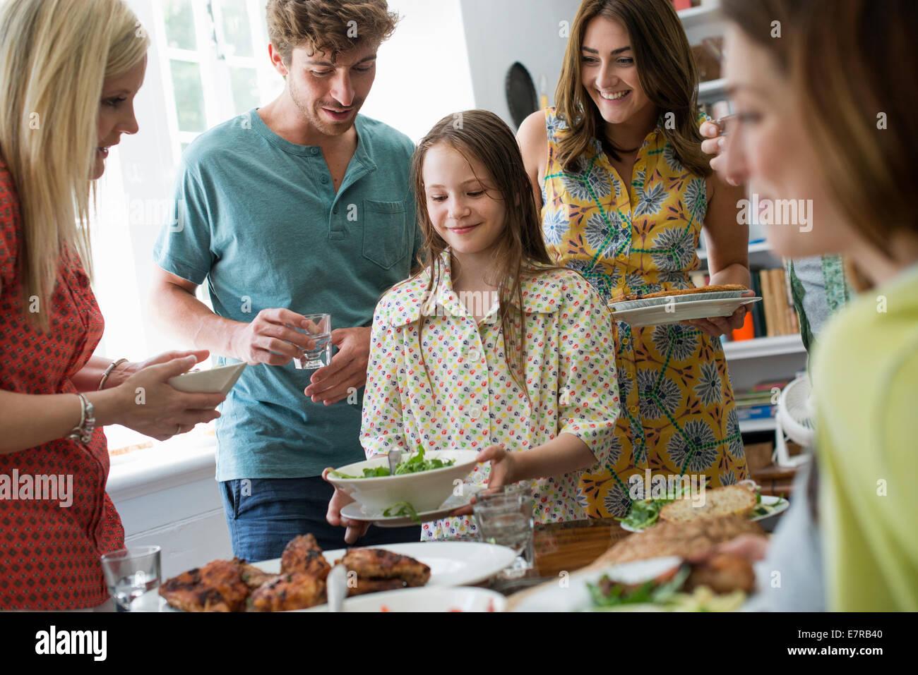 Une réunion de famille pour un repas. Les adultes et les enfants autour d'une table. Photo Stock