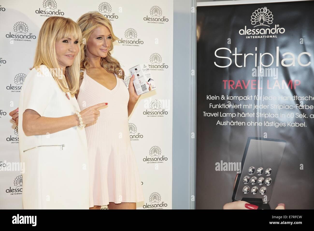 Paris Hilton la promotion de produits Alessandro lors de sa visite au salon de la beauté. Avec: Silvia Photo Stock