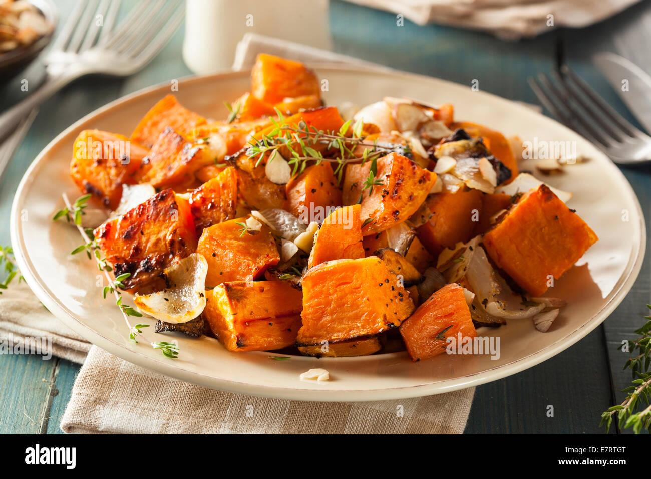 Des pommes de terre cuites avec des oignons et fines herbes Photo Stock