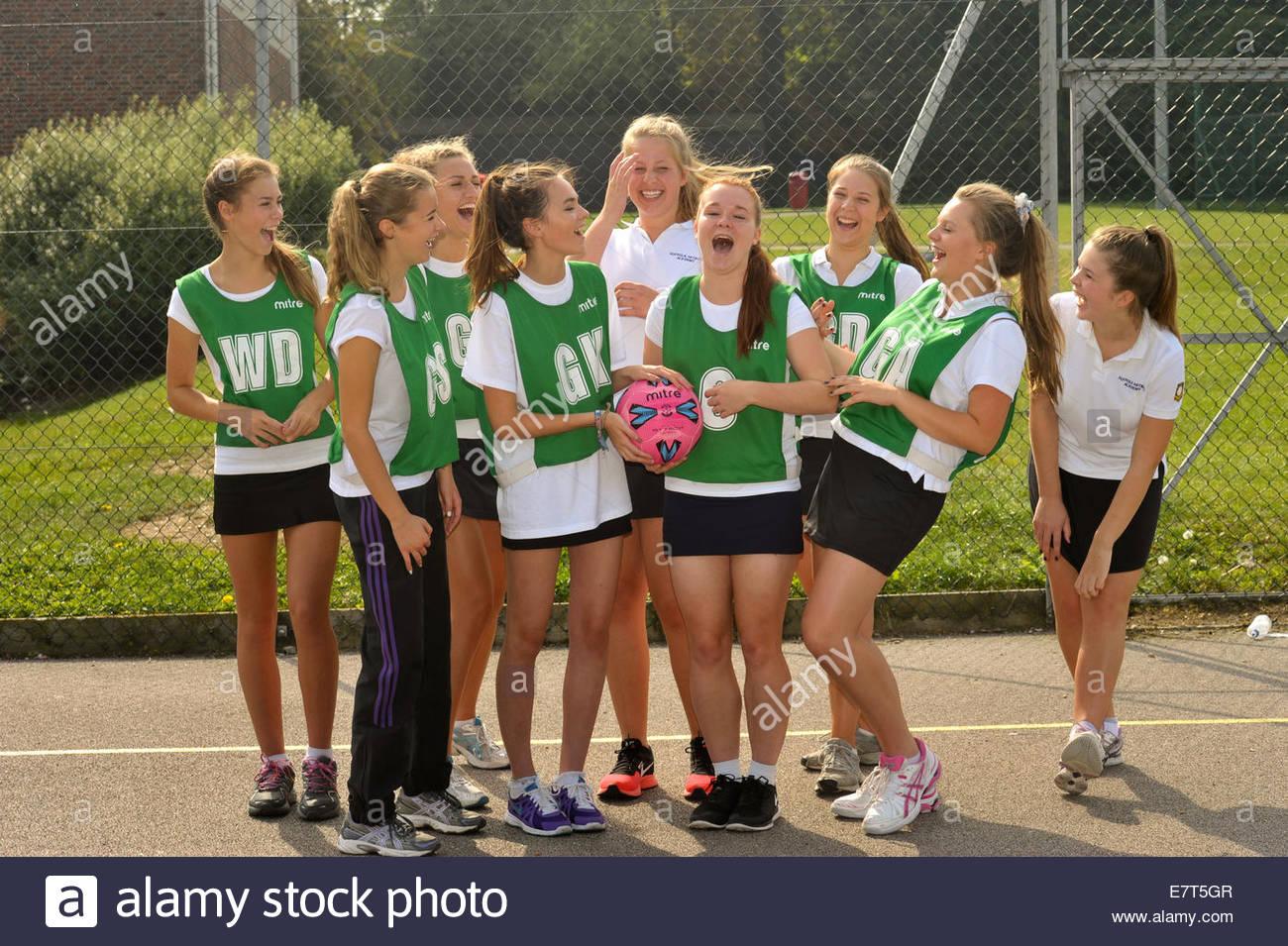 Les élèves de l'ensemble des femmes en tenue pour le netball Photo Stock