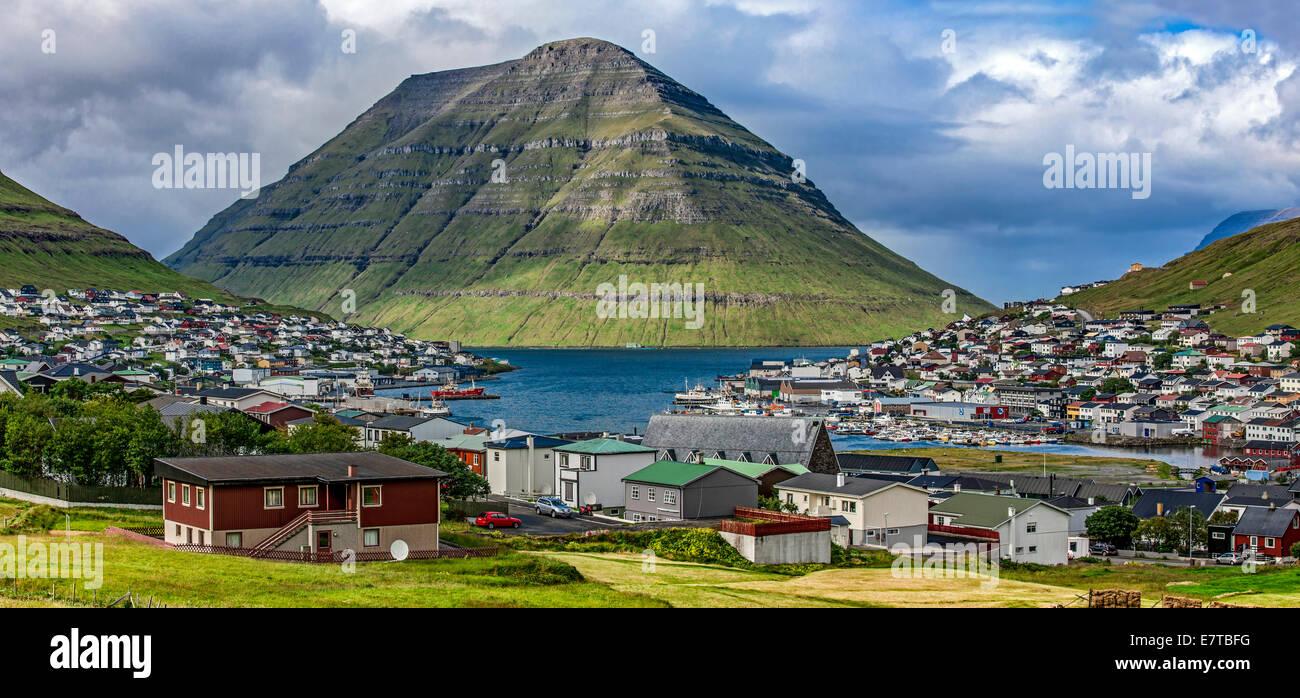 Vue panoramique sur la ville de Klaksvik, îles Féroé, Danemark, dans l'Atlantique Nord. Photo Stock