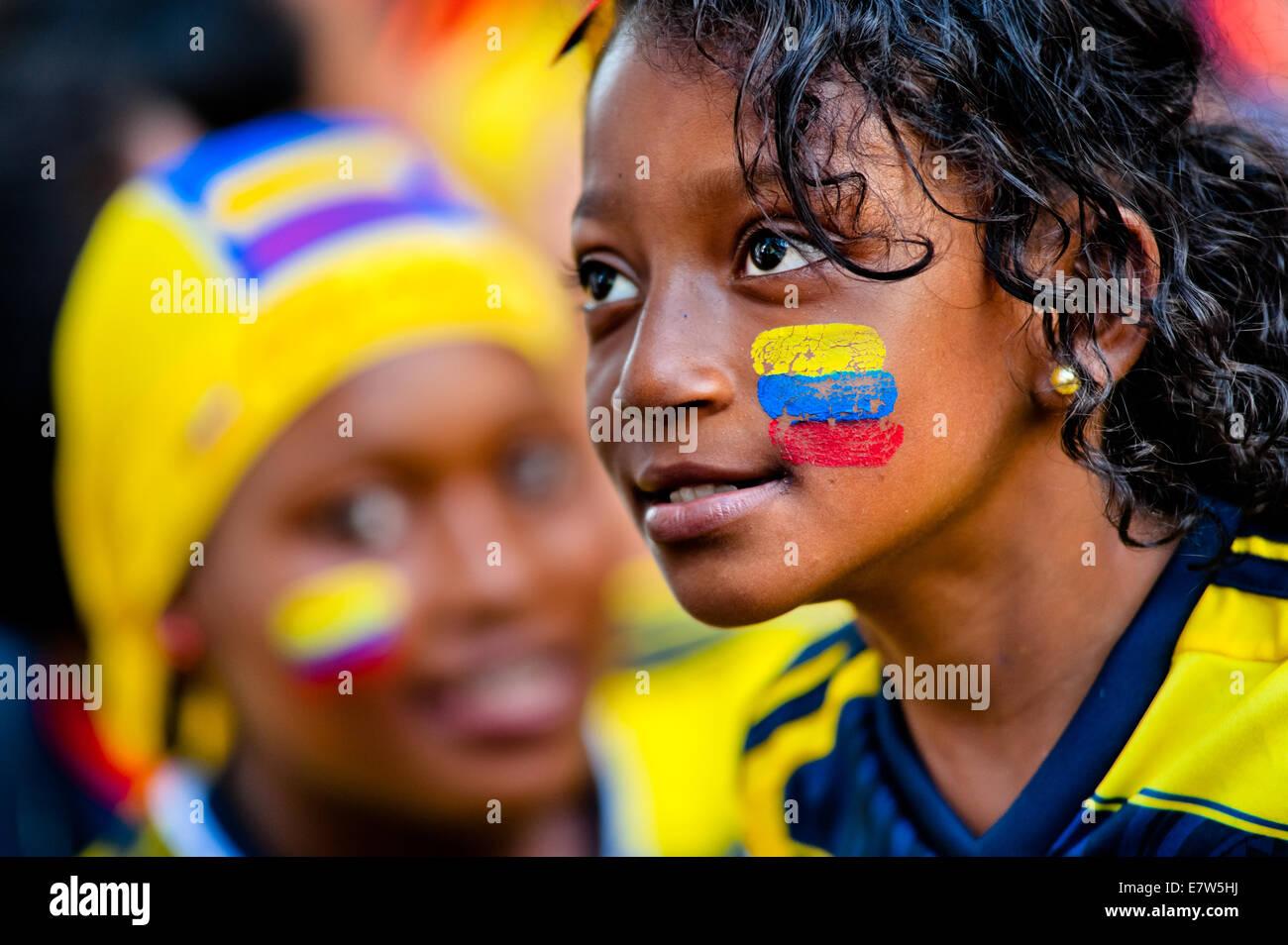 Une jeune fille colombienne regarde le match de football à la coupe du monde de la FIFA 2014, dans un parc Photo Stock