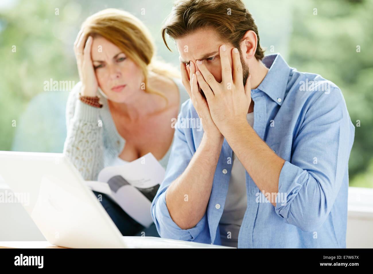 Couple working out finances publiques Banque D'Images