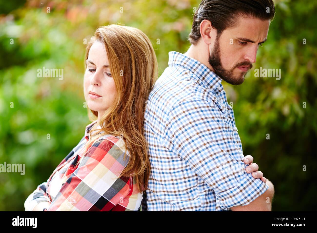 Couple se tenait dos à dos Photo Stock