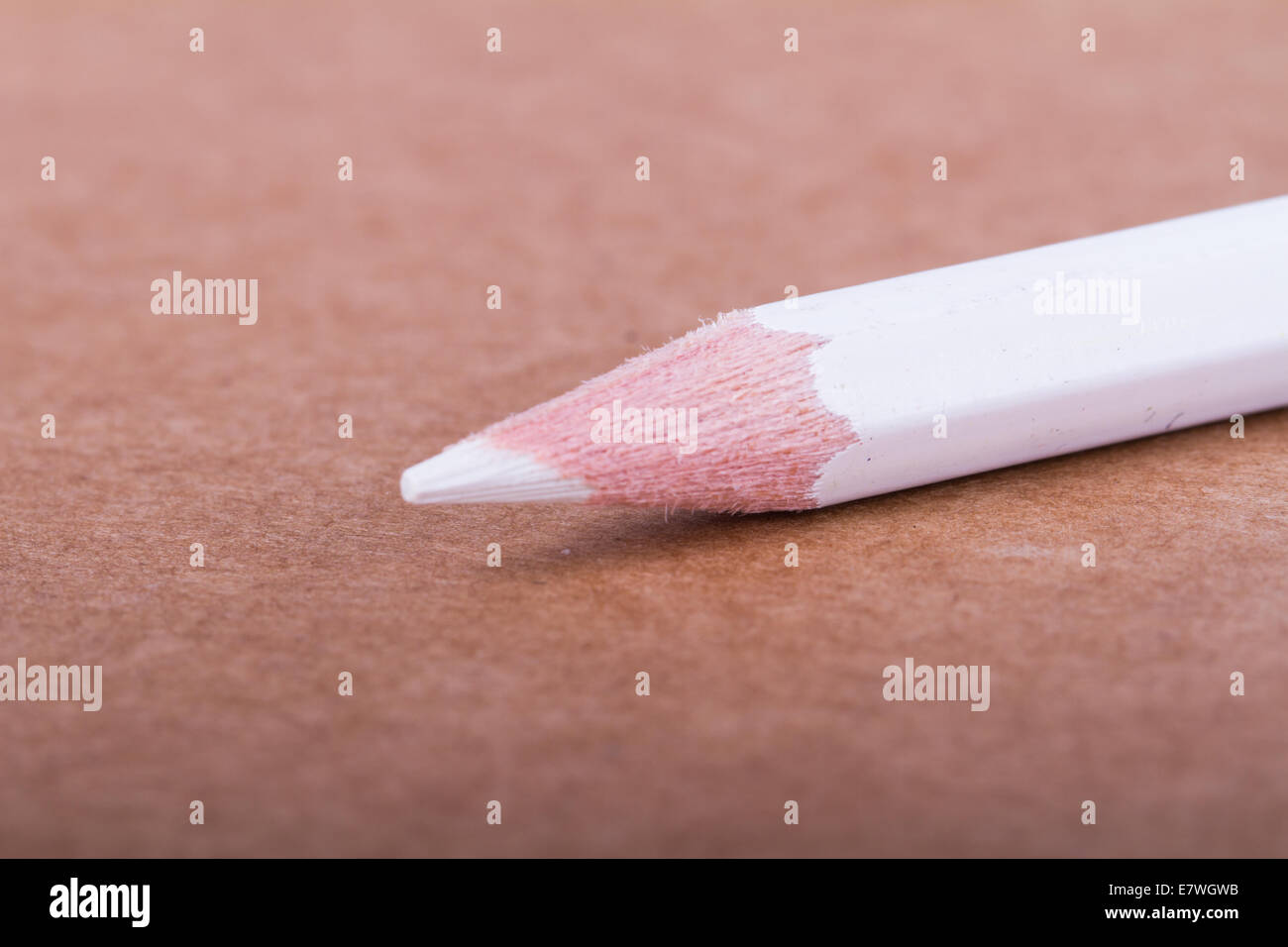 Crayon blanc sur fond texturé. Photo Stock