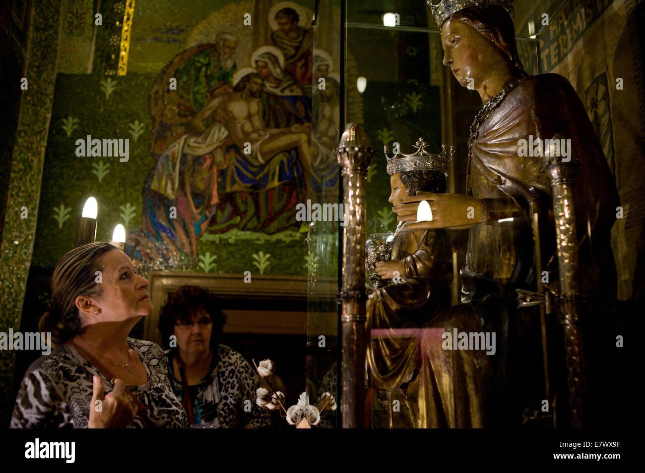 Barcelone, Catalogne, Espagne. Sep 24, 2014. Dans la basilique de la Merce à Barcelone un dévot traverse lui-même en face de la Vierge de la Merce. Le 24 septembre, la ville de Barcelone célèbre le jour de son saint patron (La Mercè) avec plusieurs fêtes traditionnelles , et les événements religieux. Crédit: Jordi Boixareu/Alamy Live News Banque D'Images
