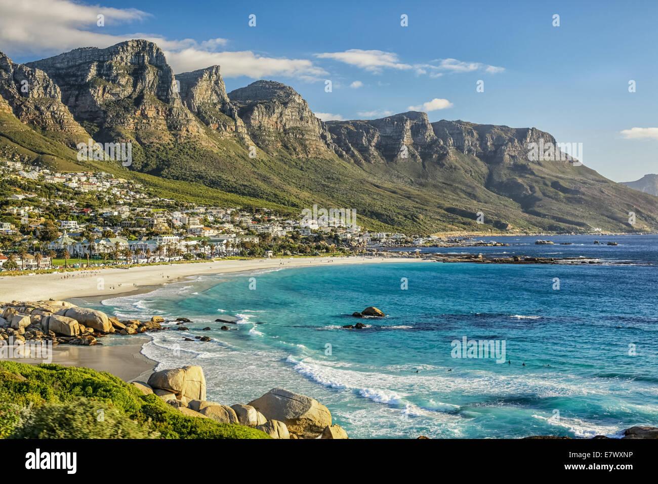 La belle ville de Cape Town, avec ses montagnes magnifiques plages de sable blanc et eau bleu clair Photo Stock