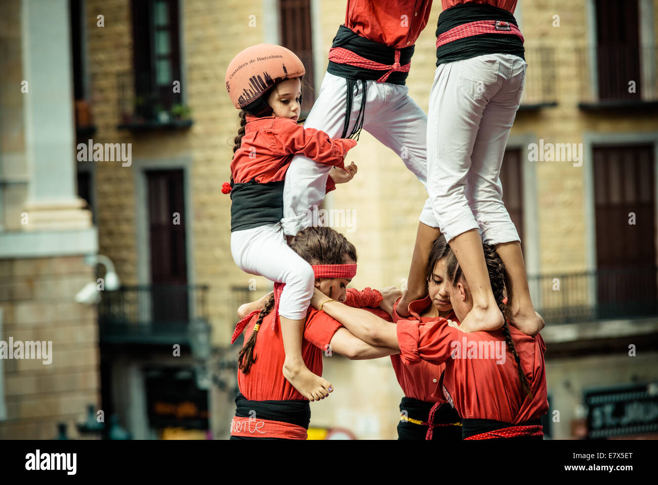 """Barcelone, Espagne. Sep 24, 2014. La """"Castellers de Barcelona"""" construire une tour humaine au cours de la ville festival 'La Merce 2014' en face de l'hôtel de ville de Barcelone: Crédit matthi/Alamy Live News Banque D'Images"""