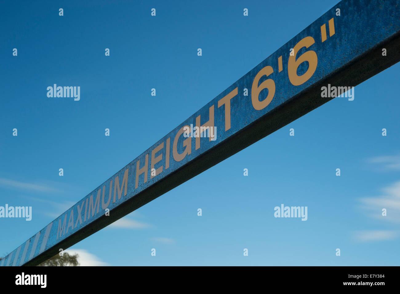 """Sous le ciel bleu, low angle view of blue & yellow """"maximum Height' sign, en limitant l'entrée Photo Stock"""