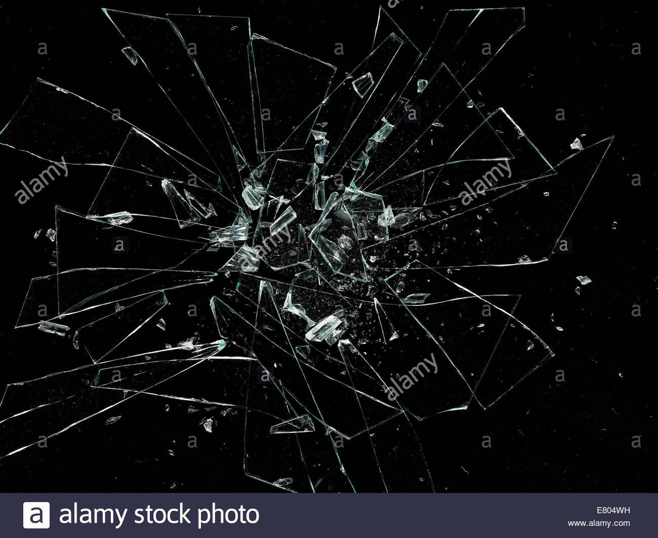 En éclats, fissurées et éclats de verre sur fond noir Photo Stock