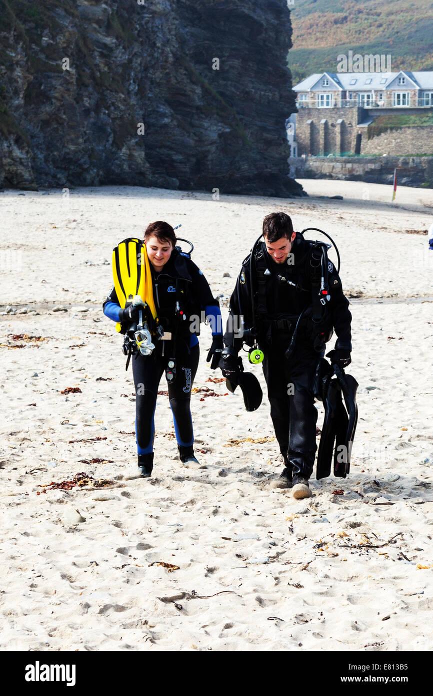 Deux plongeurs sous-équipement plongée réservoirs réservoir air combinaisons fonction respiratoire Photo Stock