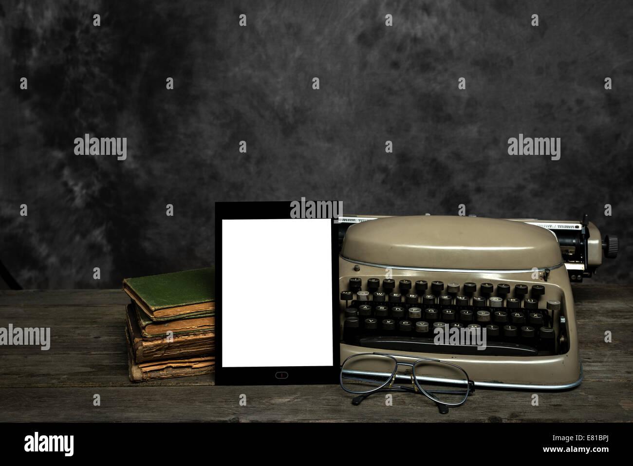 Vieille machine à écrire, vieux livres, lunettes de lecture et une auto-conçu E-Reader avec écran Photo Stock