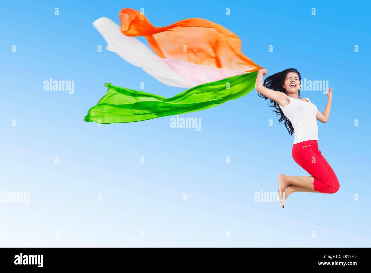 Indian Girl Jumping patriotique Dupatta fun park Banque D'Images