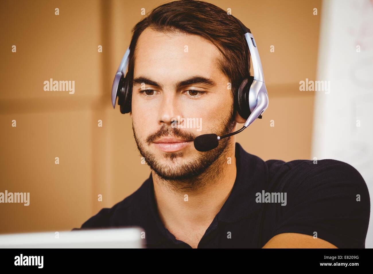 Businessman using headset en entrepôt de distribution Photo Stock