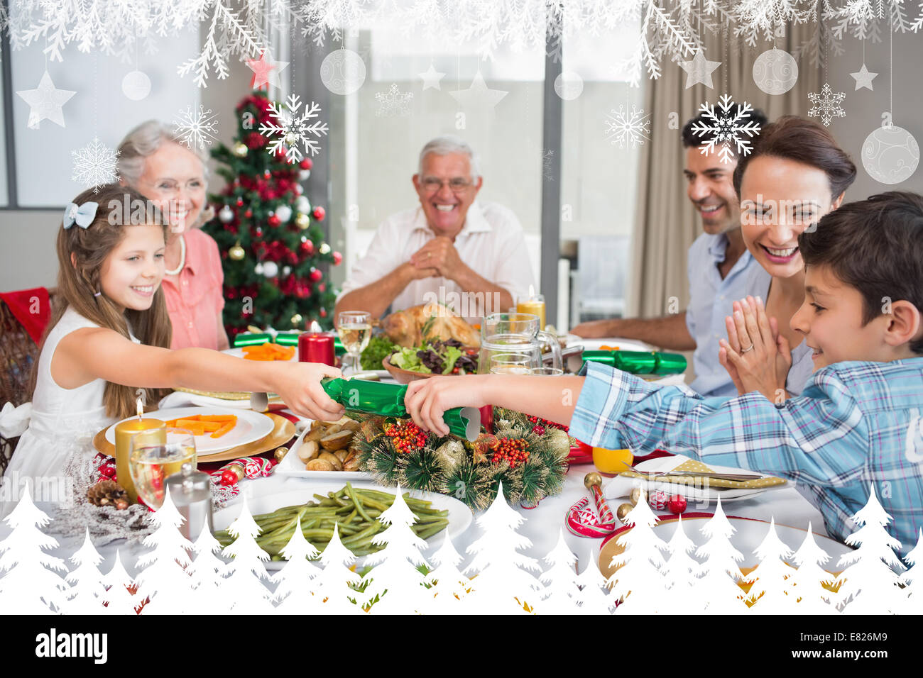 happy family table manger pour le d ner de no l banque d 39 images photo stock 73807897 alamy. Black Bedroom Furniture Sets. Home Design Ideas
