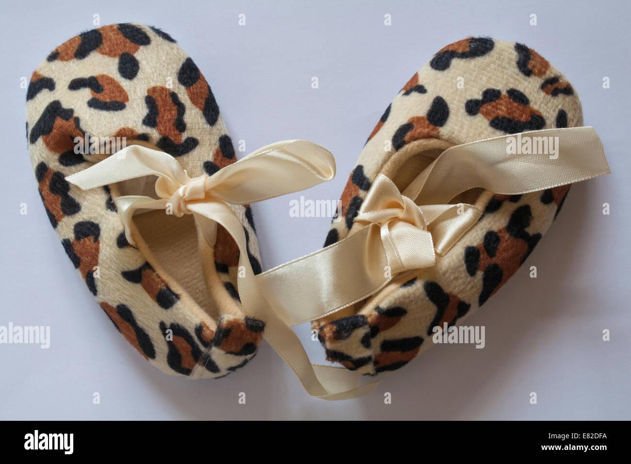 Chaussures chaussons pour bébé imprimé animal isolé sur fond blanc Photo Stock