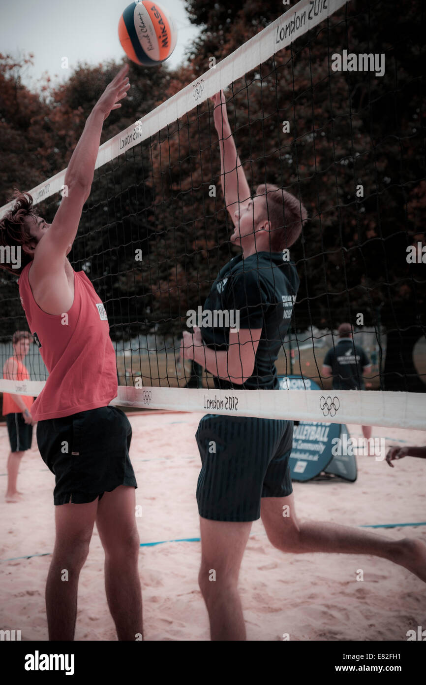 Deux hommes jouer au volley-ball au filet. Photo Stock