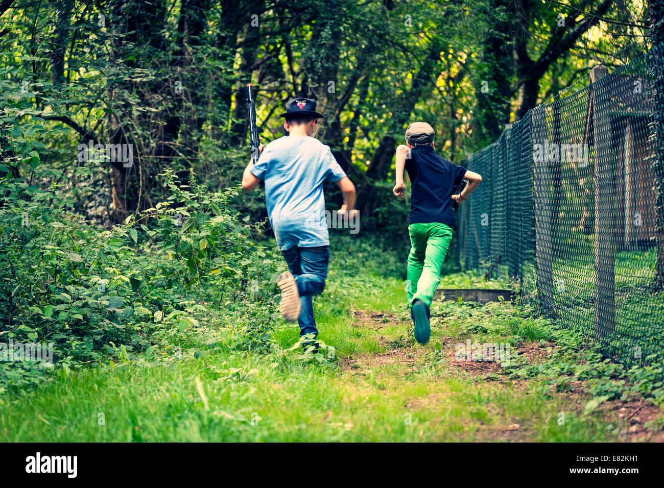 Deux garçons en fuite, vue arrière Photo Stock