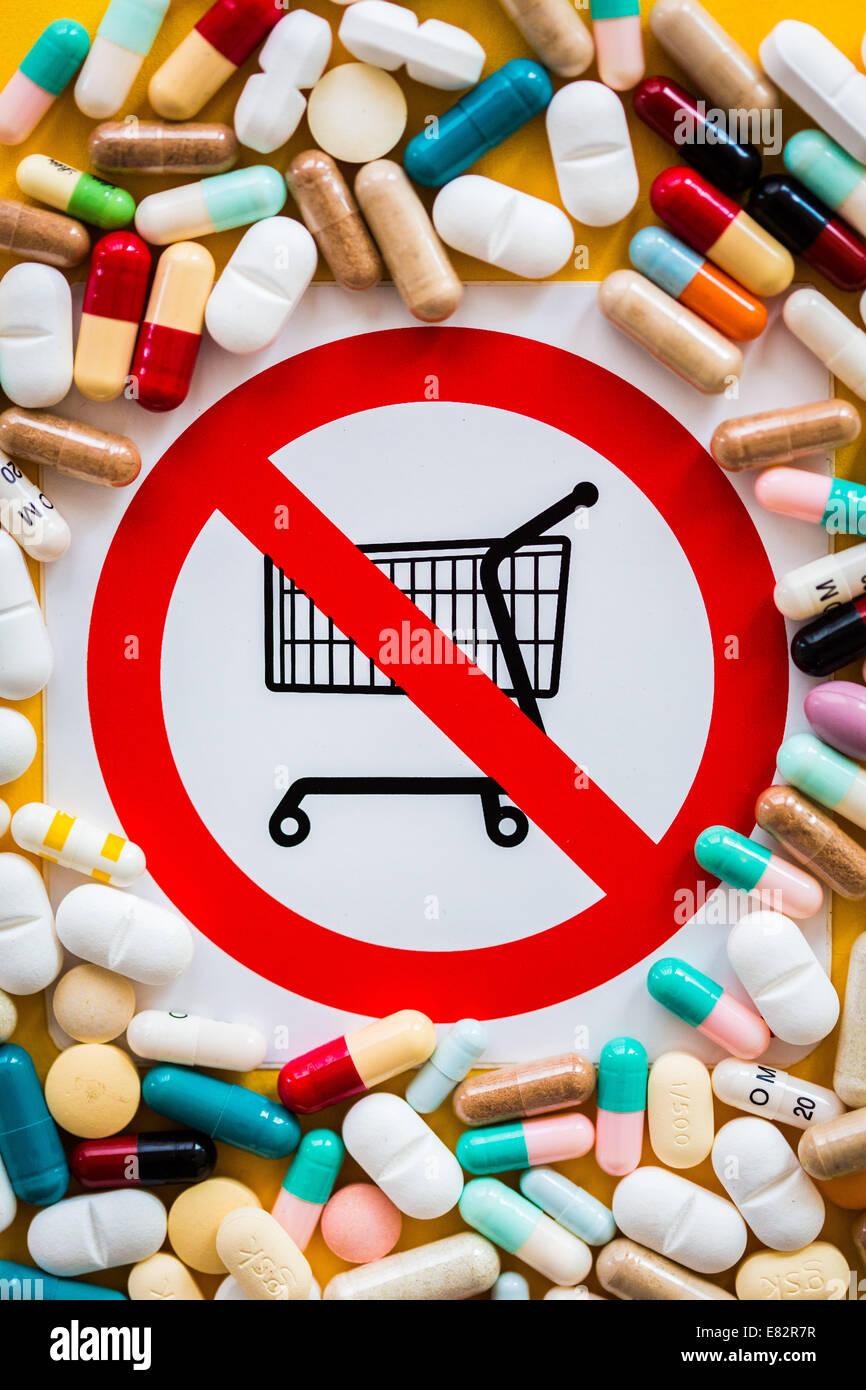 Image conceptuelle sur la vente de drogues interdites dans un supermarché. Photo Stock