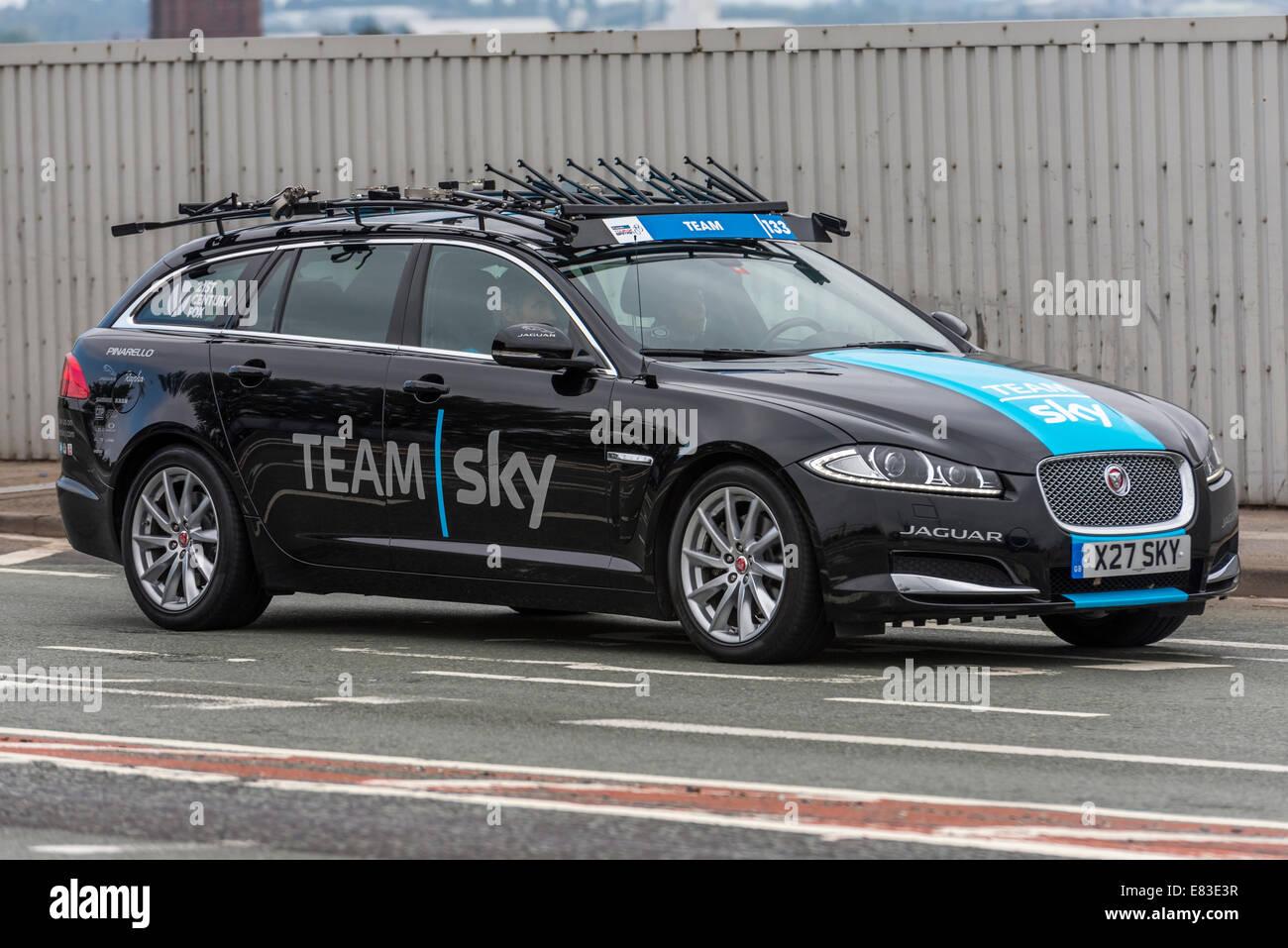 Le Tour de Grande-Bretagne 2014 cycle tour support Team Sky voiture. Jaguar. Photo Stock
