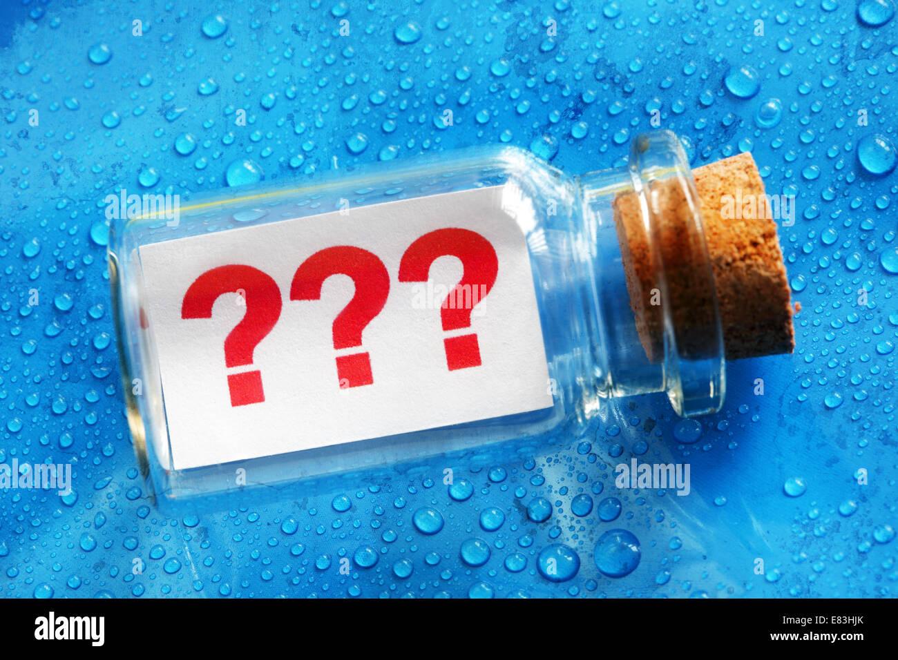 Question marquer le message dans une bouteille Photo Stock