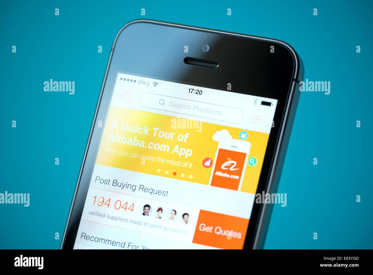 Close-up shot of brand new Apple iPhone 5S avec Alibaba boutique en ligne application sur un écran. Banque D'Images