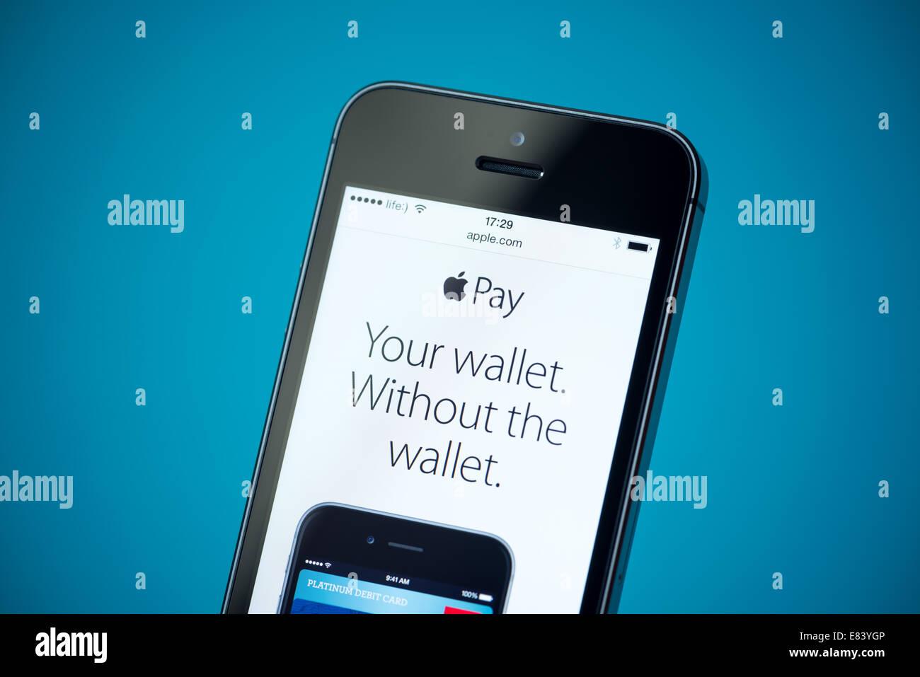 Close-up shot of brand new Apple iPhone 5S montrant web apple.com avec news annoncer d'Apple Service payant. Banque D'Images