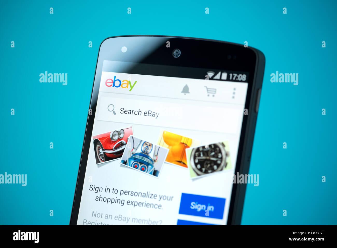 Gros plan de tout nouveau Google Nexus 5, propulsé par Android 4.4 version avec eBay site mobile sur un écran. Banque D'Images