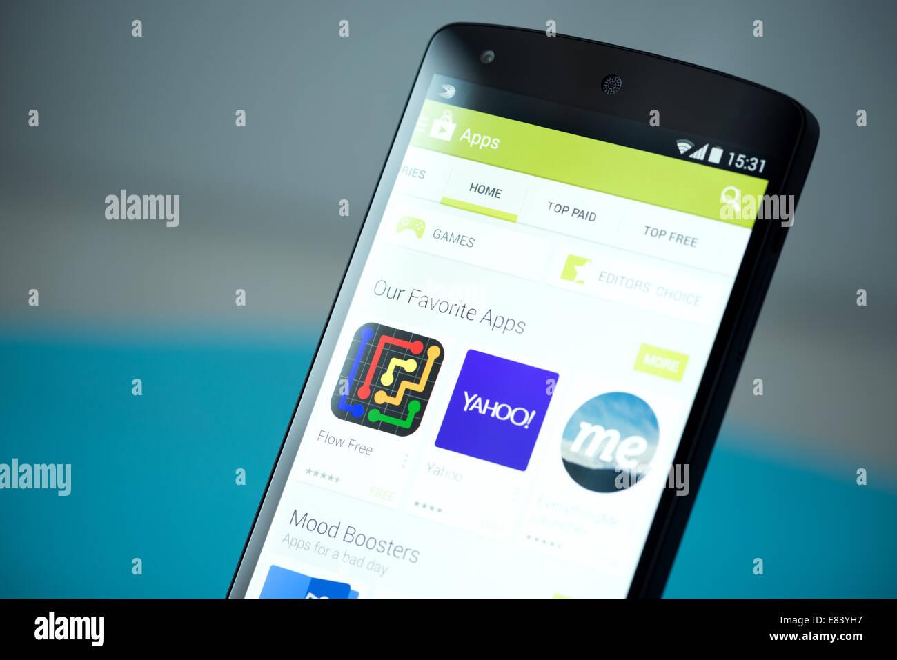 Gros plan de tout nouveau Google Nexus 5, propulsé par Android 4.4, version avec Google Play store sur un écran. Banque D'Images