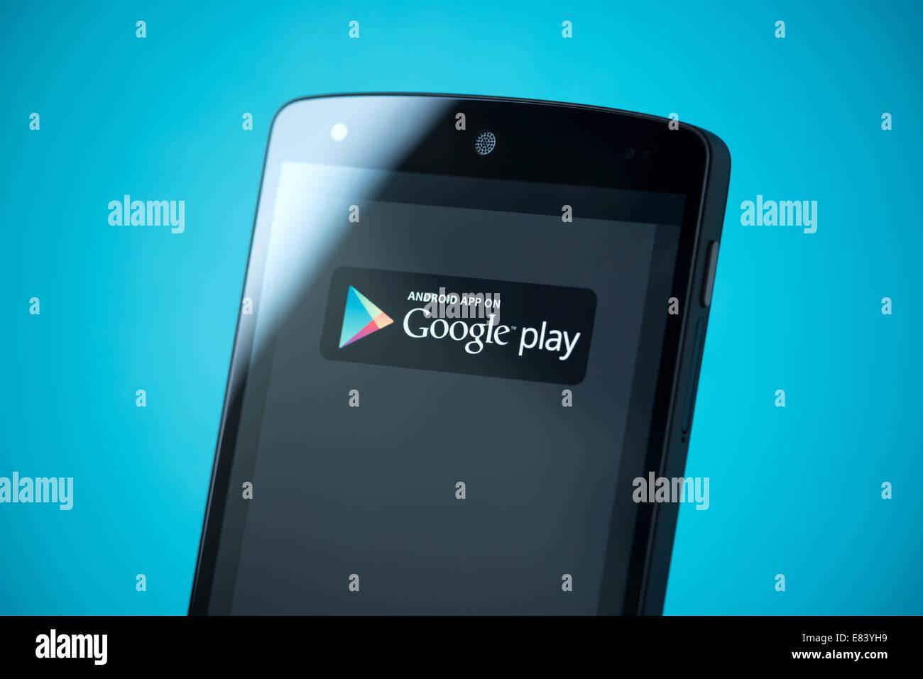 Gros plan de tout nouveau Google Nexus 5, propulsé par Android 4.4, version avec Google Play signe sur un écran. Banque D'Images