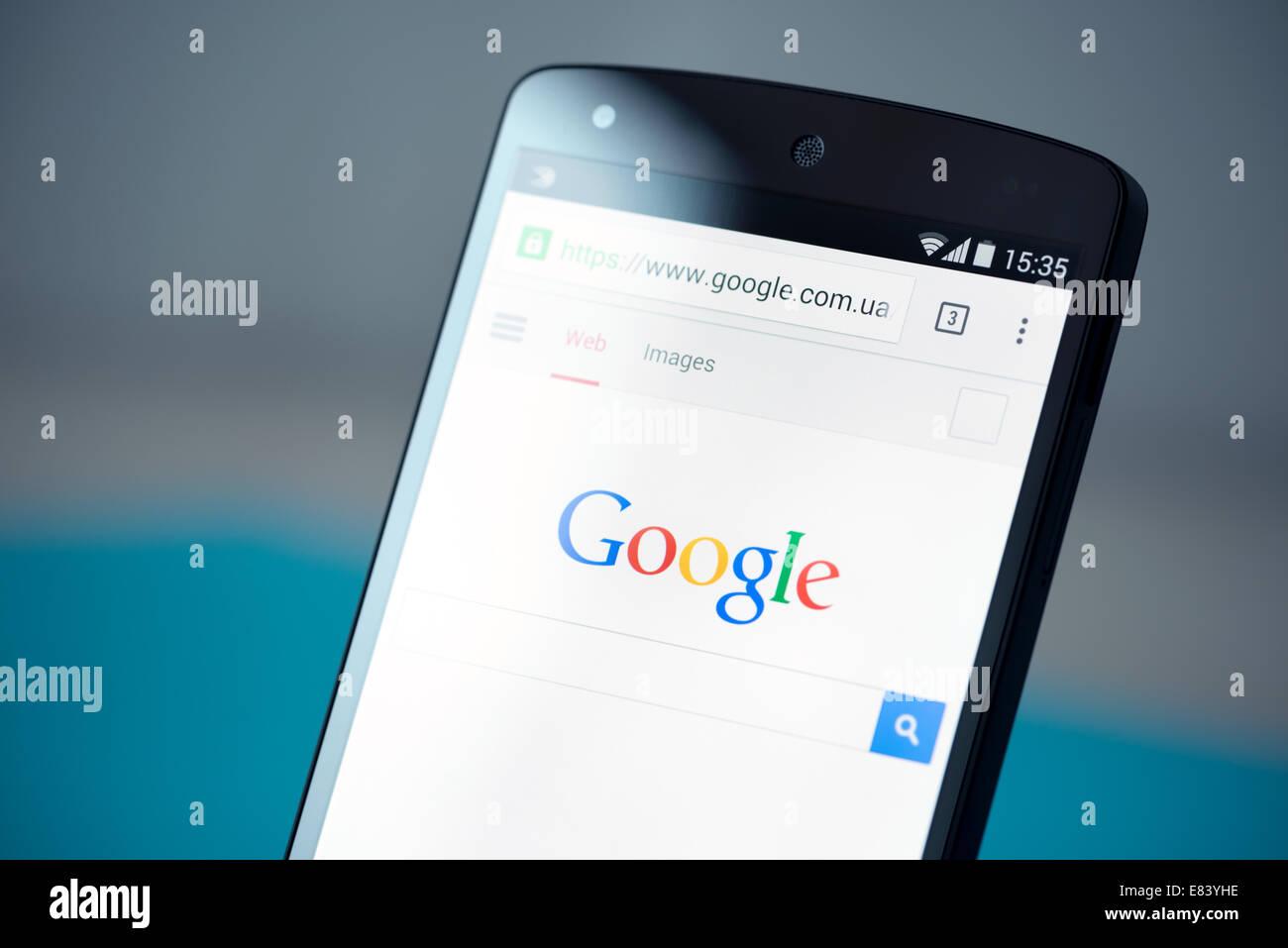 Photo gros plan de tout nouveau Google Nexus 5, avec Google dans les pages en Chrome navigateur sur un écran. Banque D'Images