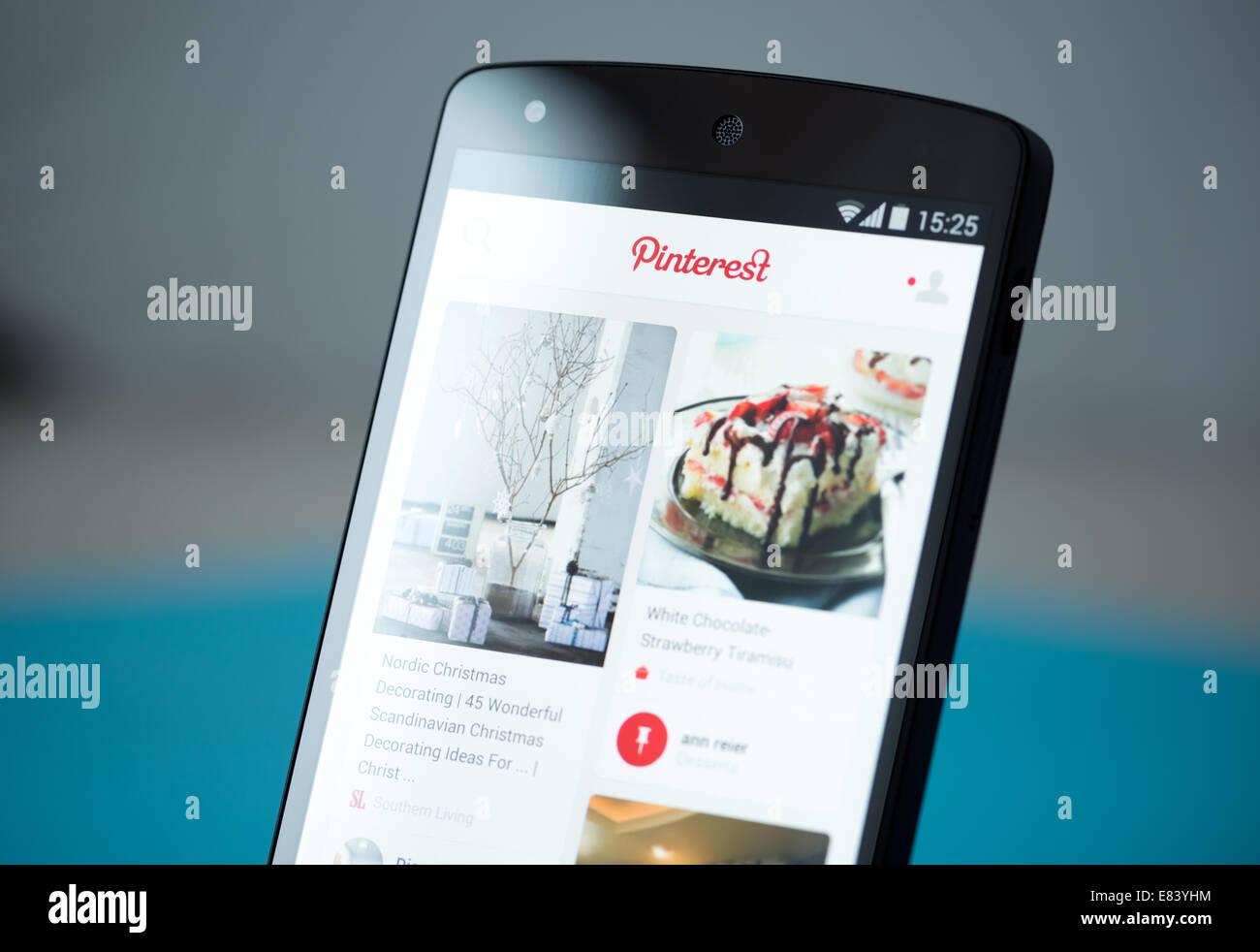 Gros plan de tout nouveau Google Nexus 5, propulsé par Android 4.4, version avec Pinterest demande d'affichage sur Banque D'Images