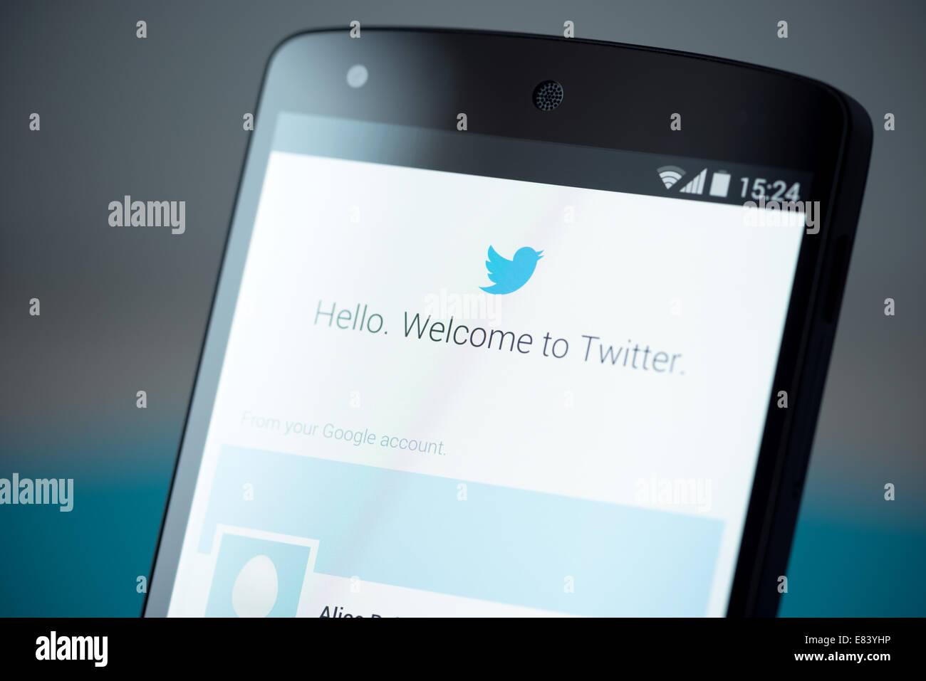 Photo en gros plan de tout nouveau Google Nexus 5, propulsé par Android 4.4, version avec Twitter login page compte Banque D'Images