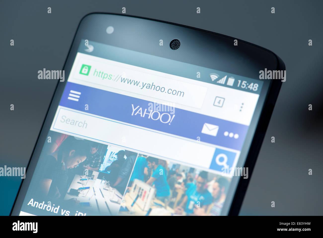 Gros plan de tout nouveau Google Nexus 5, propulsé par Android 4.4, version avec Yahoo site news page sur un écran. Banque D'Images