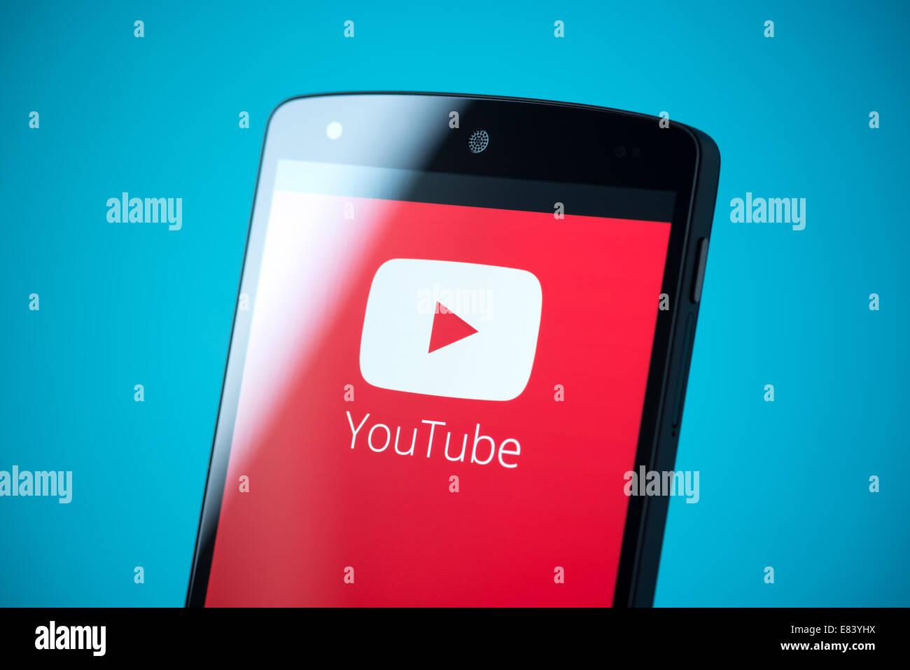 Gros plan de tout nouveau Google Nexus 5, propulsé par Android 4.4, version avec logo YouTube sur un écran. Banque D'Images