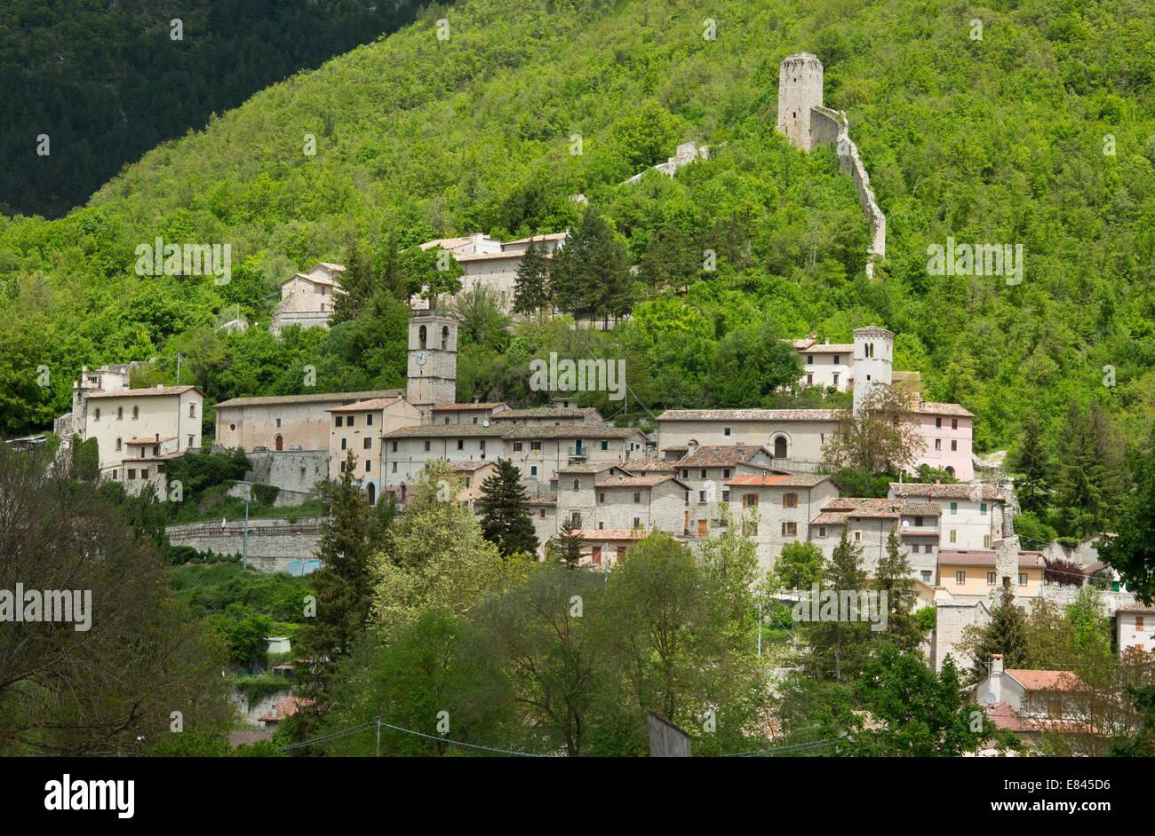 La petite ville de Castelsantangelo dans le parc national des Monts Sibyllins, Apennins, en Italie. Photo Stock