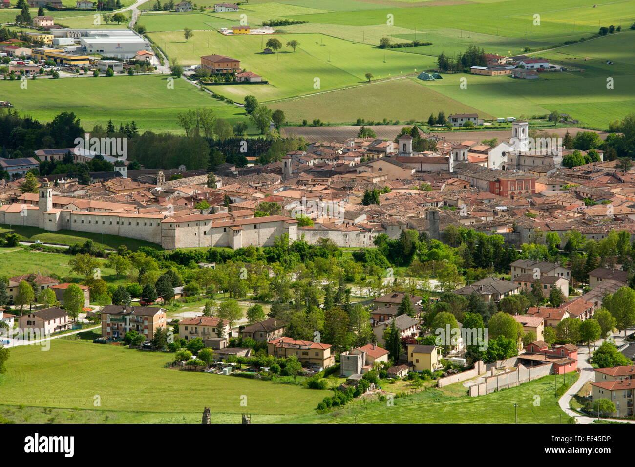 La ville médiévale fortifiée de Norcia, ci-dessous de Monti Sibillini, Apennins, en Italie. Photo Stock