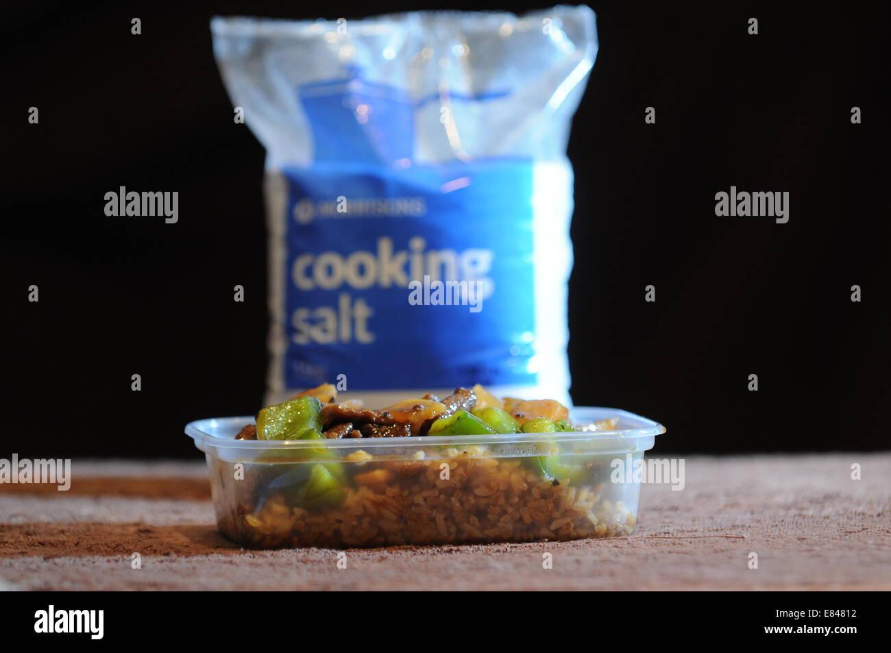 La nourriture à emporter avec un sac de sel de table derrière. Des niveaux élevés de sel dans Photo Stock