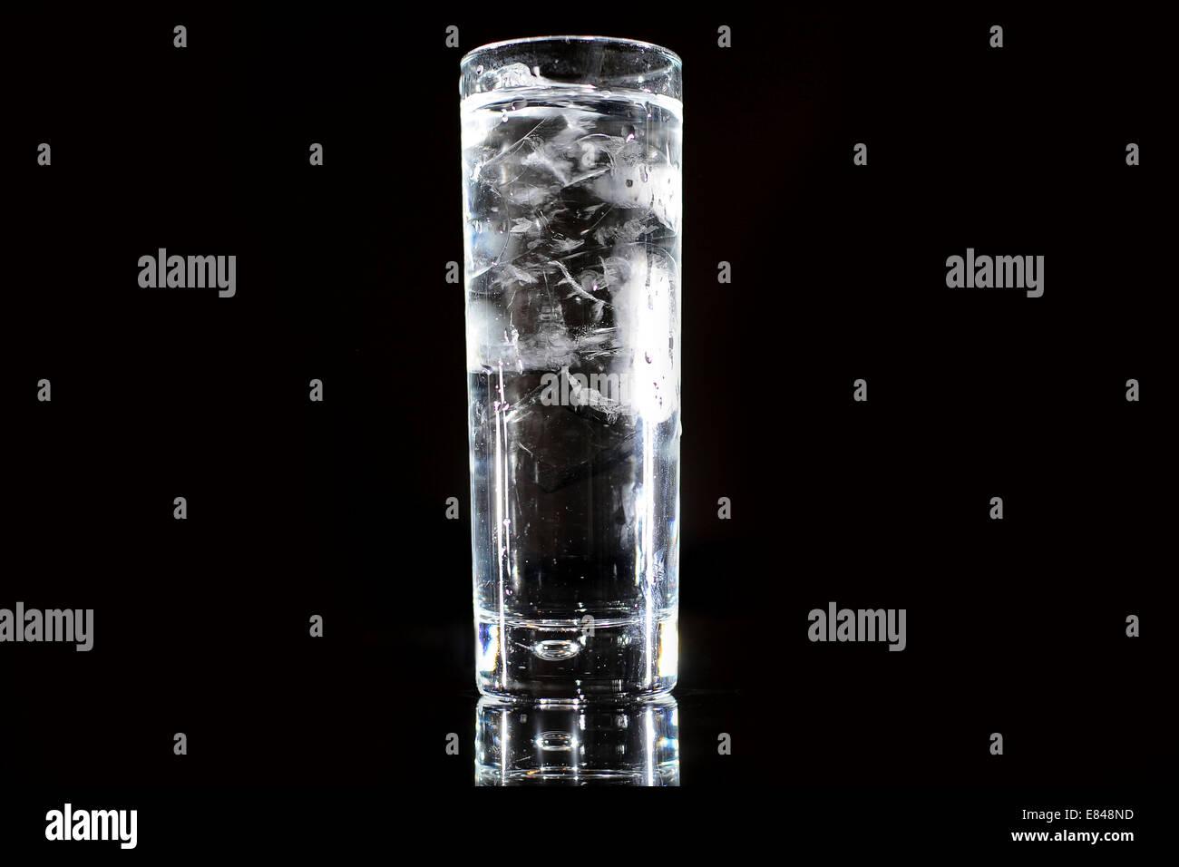 Un verre de l'eau potable claire à partir d'un robinet sur un fond noir. Banque D'Images