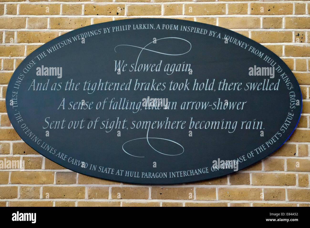 L'Ardoise de King's Cross Ellipse avec des mots du verset final de Philip Larkin's 'le Whitsun Weddings. Photo Stock