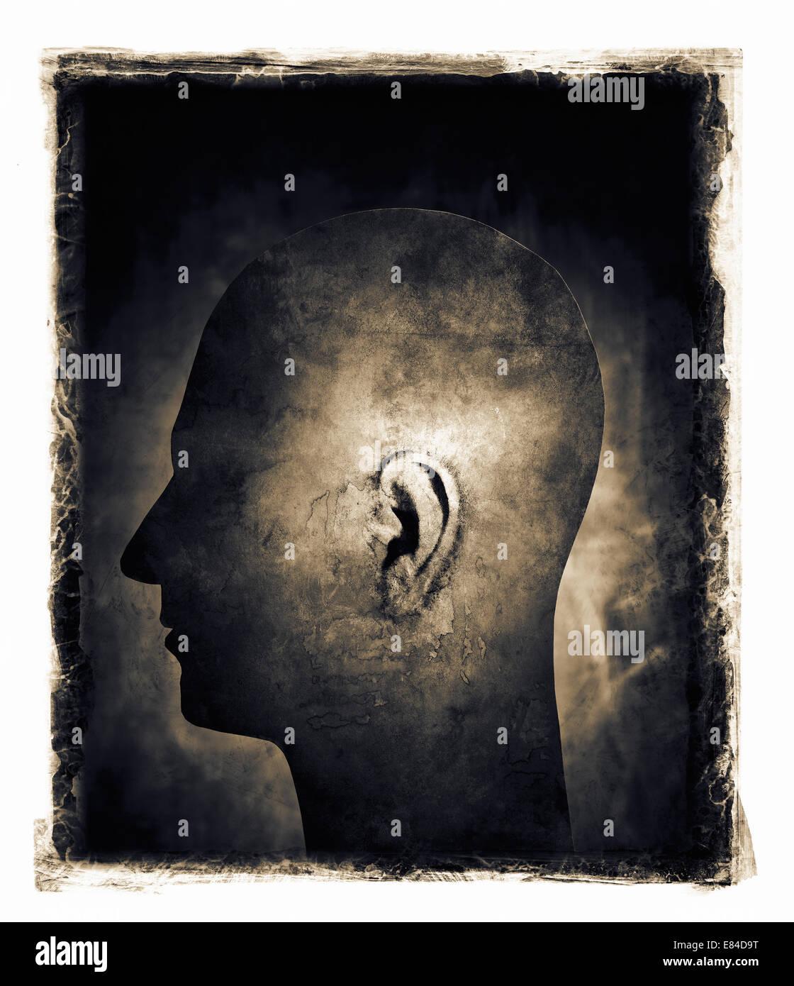 Image granuleuse granuleux et de la tête d'un homme à l'oreille par Spotlight. Photo Stock