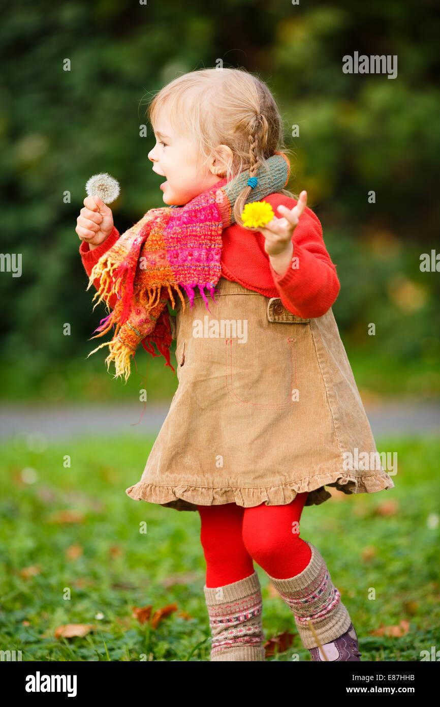 Petite fille qui marche dans le parc Photo Stock