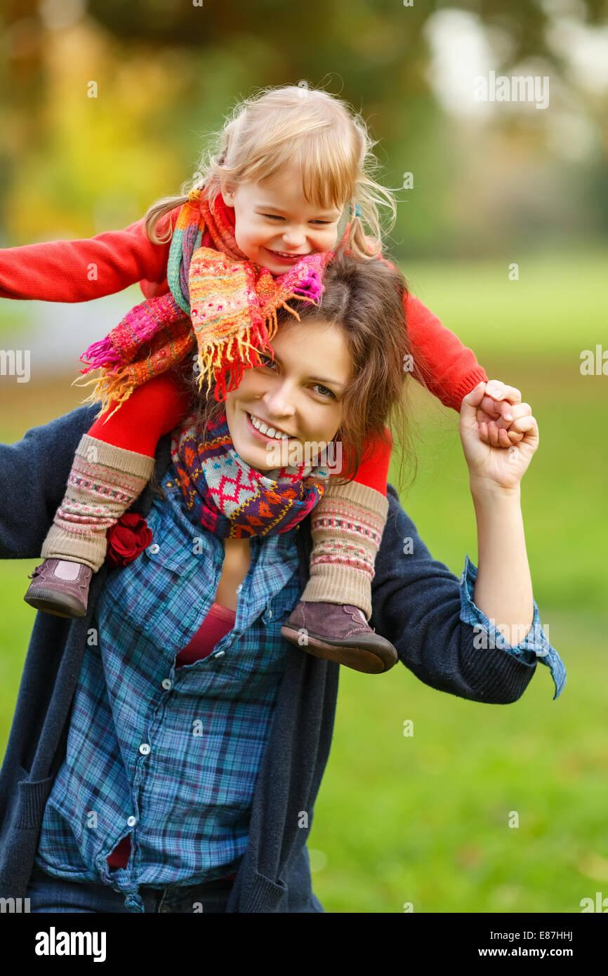 Mère et fille dans le parc Photo Stock