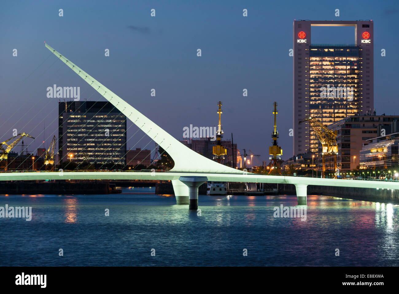 Puente de la Mujer (pont de la femme) au crépuscule, Puerto Madero, Buenos Aires, Argentine, Amérique Photo Stock