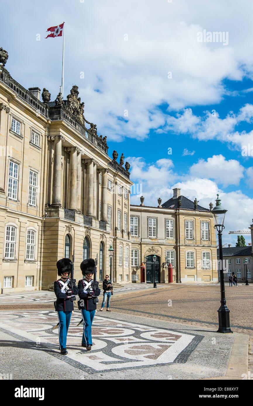 Les gardiens de la vie royale, d'Amalienborg, résidence d'hiver de la famille royale danoise, Copenhague, Photo Stock
