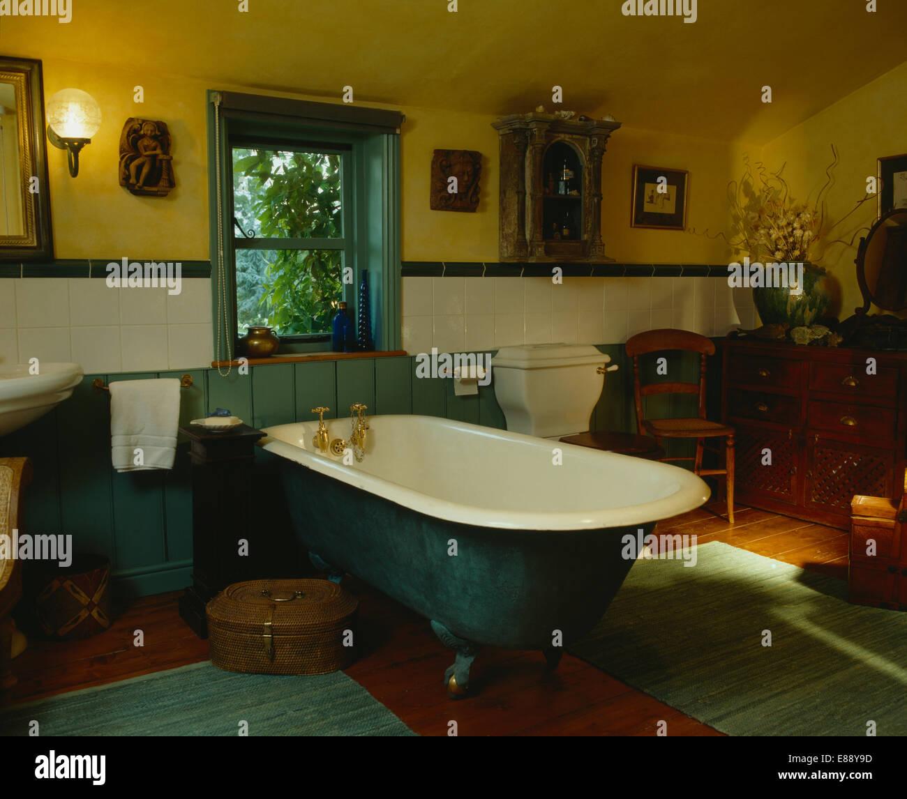 Baignoire verte en pays salle de bains avec carrelage blanc langue ...